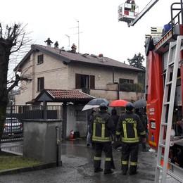 Allarme tetto in fiamme  Vigili del fuoco a Cremnago