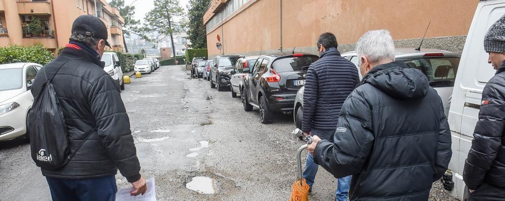 Como, la rivolta di via Papini  «Troppe buche Fermeremo i lavori»