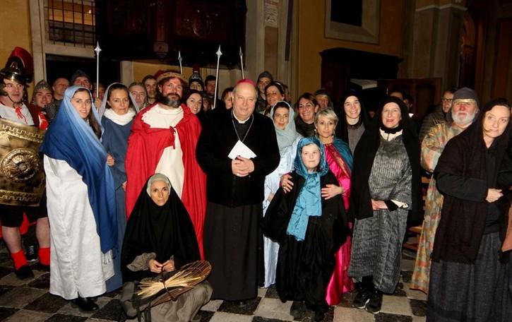 Il vescovo al Soccorso  per la via Crucis   Con sessanta figuranti