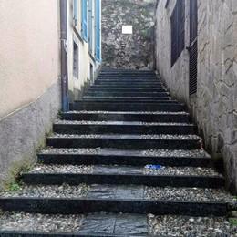 Tavernerio, in bici dalla scalinata  «Troppi rischi, il Comune intervenga»