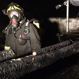 Incendio nella notte a Breccia Mansarda distrutta, casa inagibile
