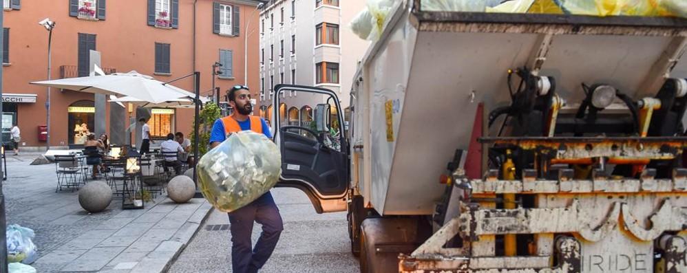 Como, la tassa rifiuti non cala  L'ex assessore: «È tra le più basse  e il servizio funziona»
