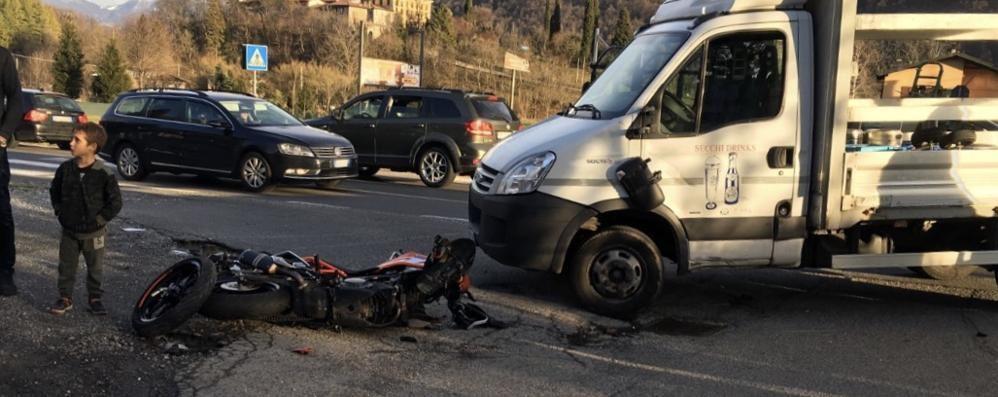 Scontro tra auto e furgone  Ferito ragazzo di 16 anni