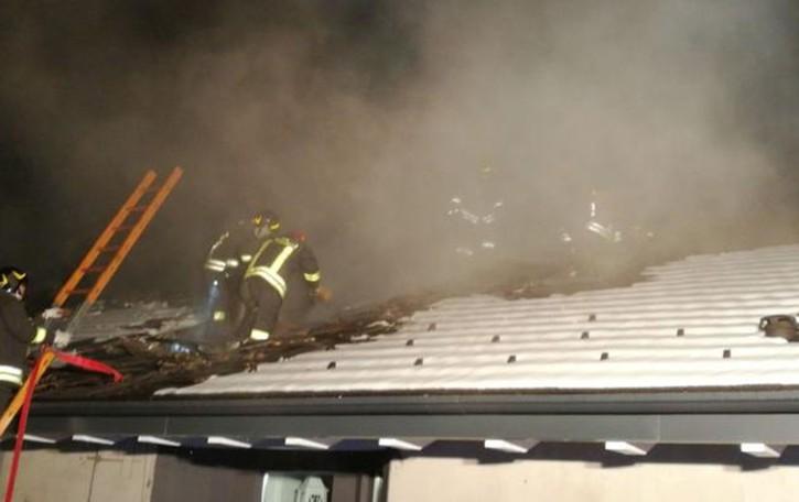 Incendio a Montano Lucino  Tetto in fiamme, nessun ferito