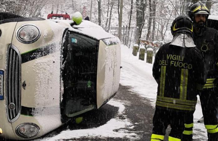 L'auto ribaltata in Valfresca