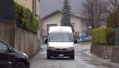 Albese, strada troppo stretta  basta camion in via Alzate