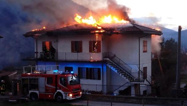 Tetto in fiamme   Paura a Carlazzo   GUARDA IL VIDEO