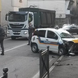 Auto della vigilanza fuori strada  Distrutta la barriera salva pedoni