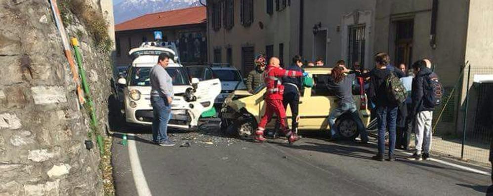 Colonno, scontro tra due auto  Traffico a rilento sulla Regina