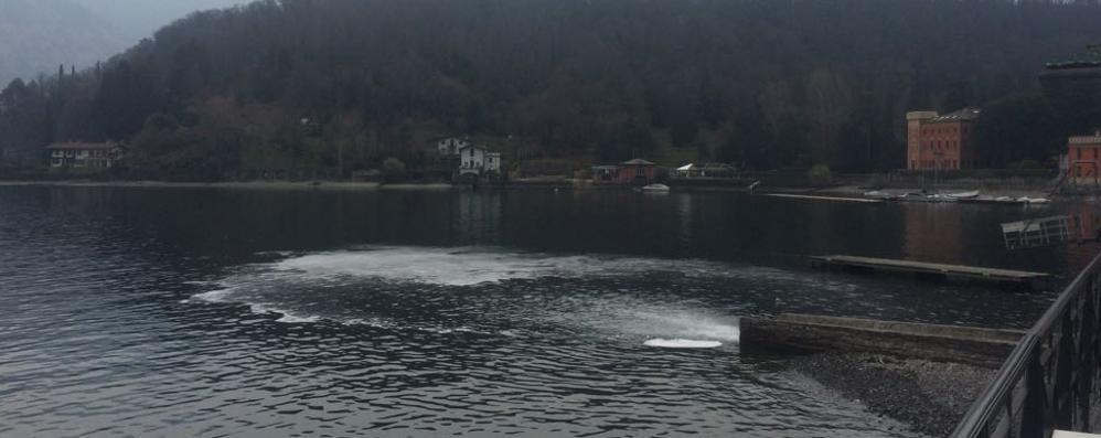 Misteriosa chiazza bianca  nel lago a Tremezzina