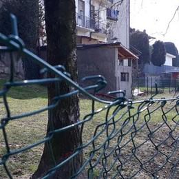 Cantù, dopo i lavori al parco  arrivano i vandali, recinzione rotta