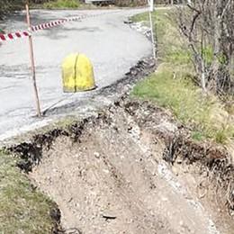 Smottamento sul ciglio della strada  Transennata la via per il Cornizzolo
