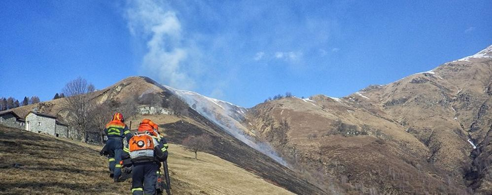 Dosso del Liro, attacco dei piromani  Bruciati sei ettari di pascolo