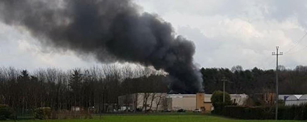 Oltrona, scoppia incendio  nella ex tessitura ( video )  Era sotto sequestro