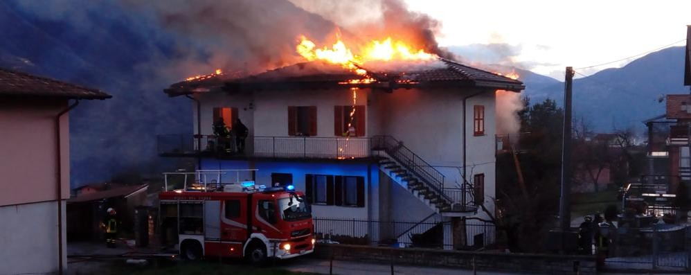 Tetto in fiamme   Paura a Carlazzo   GUARDA IL VIDEO