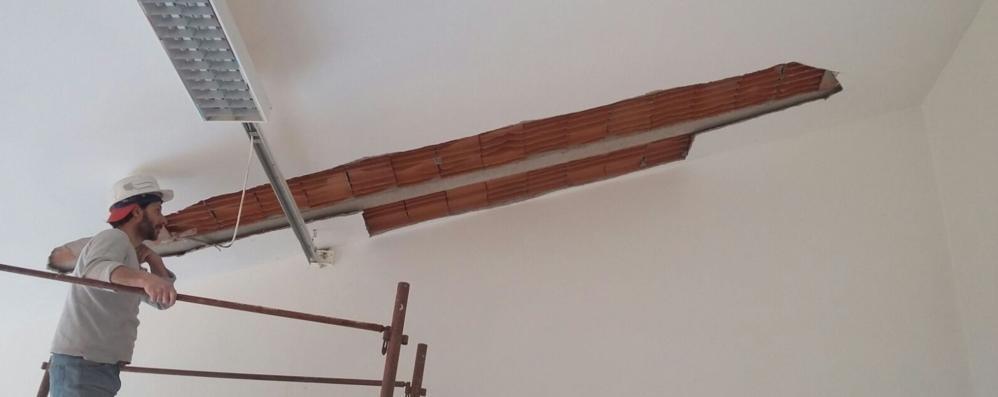 Alserio, cadono calcinacci   dal soffitto della scuola