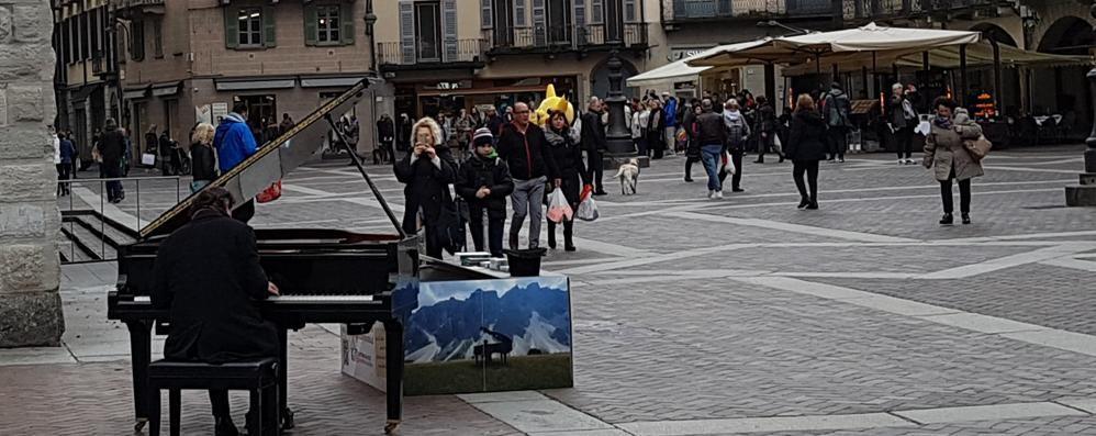 """Como, è tornato   """"il pianista fuori posto"""""""