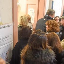 Elezioni, caos ai seggi di Como  Fino a un'ora di attesa per votare Alle 19 hanno votato 6 comaschi su 10  Dalle 23 sul sito i risultati