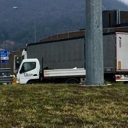 Il Tir aggira il divieto Caos sul viadotto