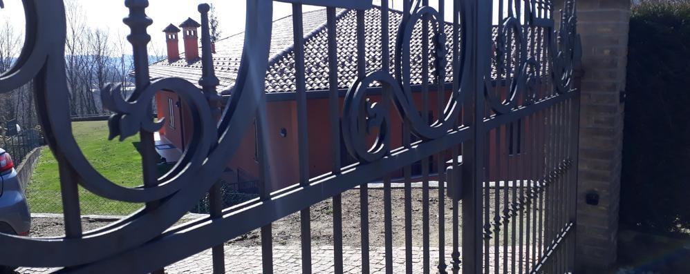 Intimiano, faccia a faccia con i ladri  «Stavano forzando il cancello»