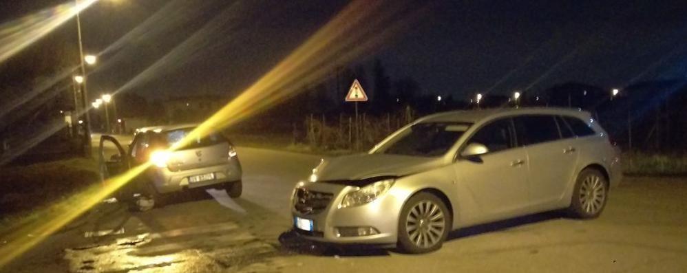 Scontro tra due auto all'incrocio  Paura per un giovane a Turate