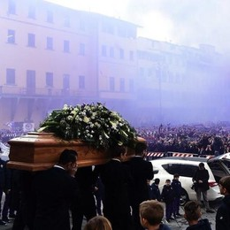Diecimila in piazza  per l'addio ad Astori (video)