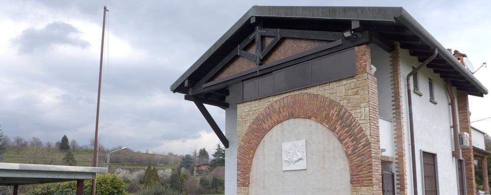 Monguzzo, via la bandiera di Salò  «L'ho fatto per la famiglia»