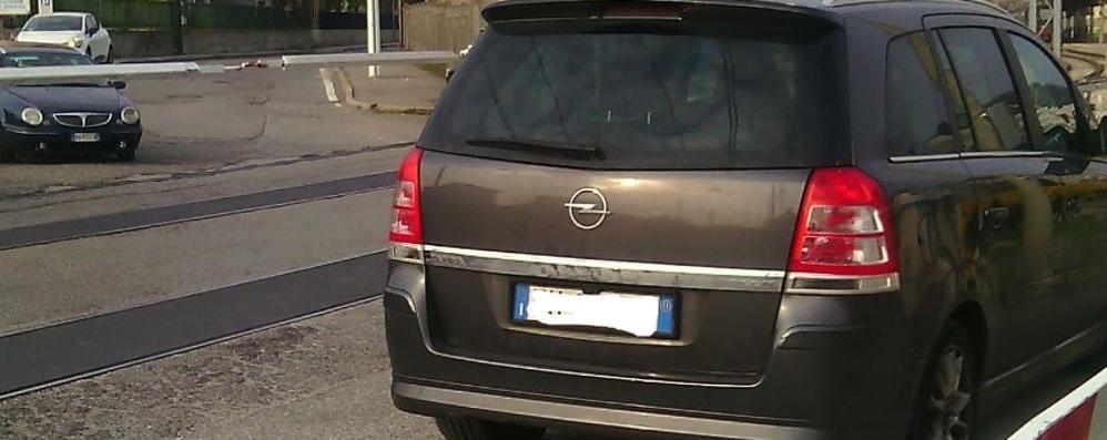 Camerlata, auto bloccata sui binari Mamma e figlia salvate in extremis