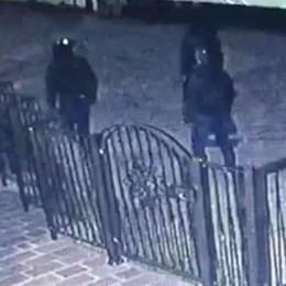 Lurago, ladri incappucciati     Fuggiti dopo le urla (video)