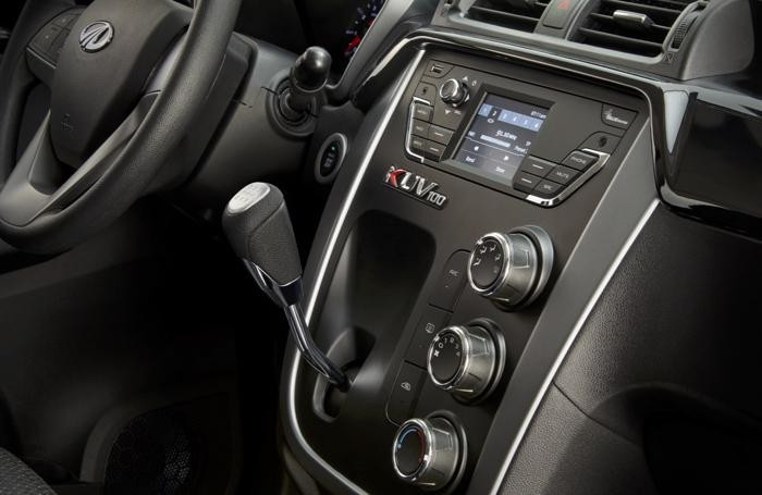 Mahindra Kuv100 - Il cambio joystick e un particolare della plancia