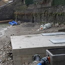 """Laglio: prima il """"tubo blu""""  Ora la vasca in cemento  proprio sulla spiaggia"""