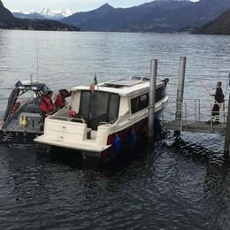 Va a fuoco un' imbarcazione Salvati 15 turisti a Lezzeno