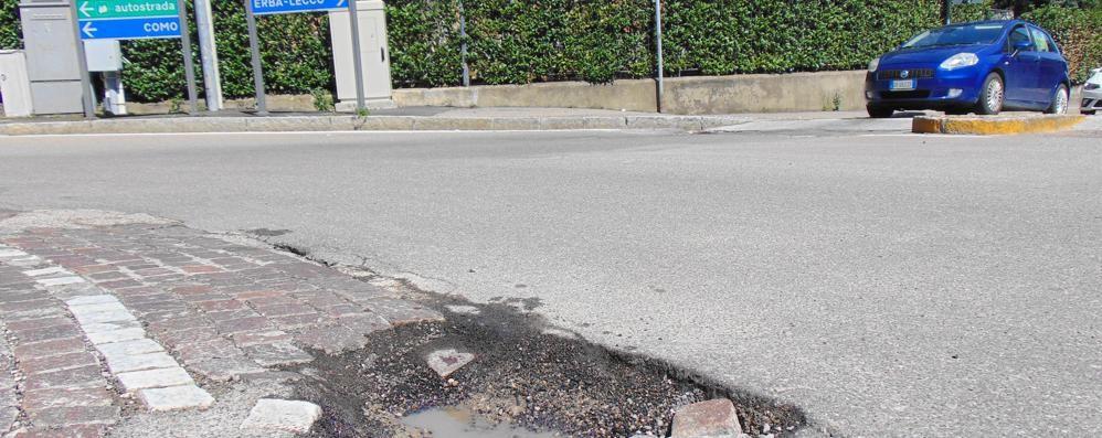 Cantù, disastro buche sulle strade  «Subito asfaltature e reperibilità»