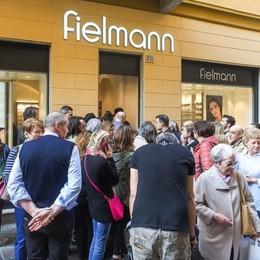 Folla in strada a Como  al nuovo store di occhiali