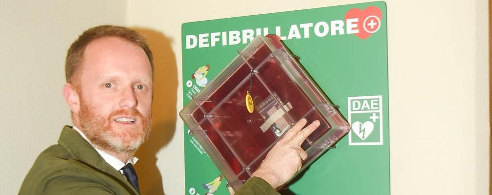 Il defibrillatore del Comune di Como?  Da undici anni in un armadio