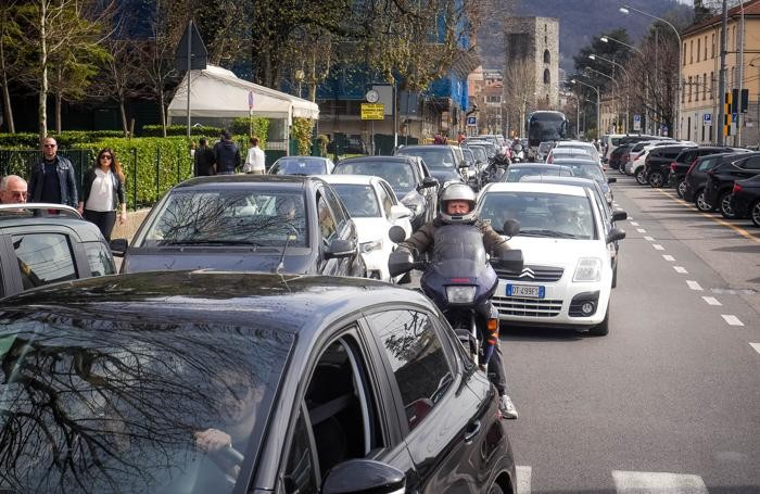 Como traffico bloccato sua viale Manzoni, piazza del Popolo e viale Lecco dalla gente che cerca di raggiungere il lago, turisti