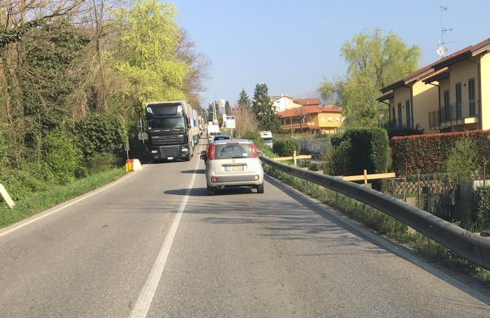 I camion diretti verso Bergamo fermi al semaforo che regola il traffico nella zona del cantiere sulla Briantea