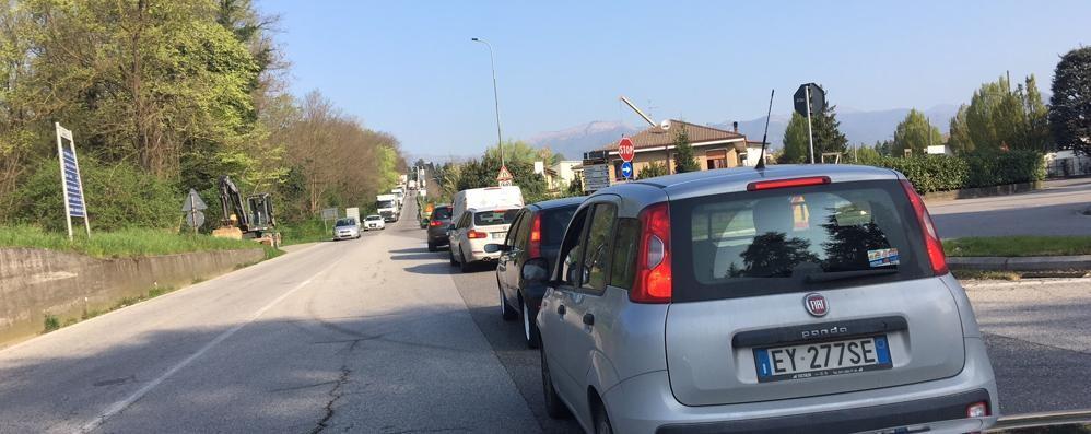 Lavori a Lambrugo, coda fino a Nibionno  Un quarto d'ora per arrivare al semaforo