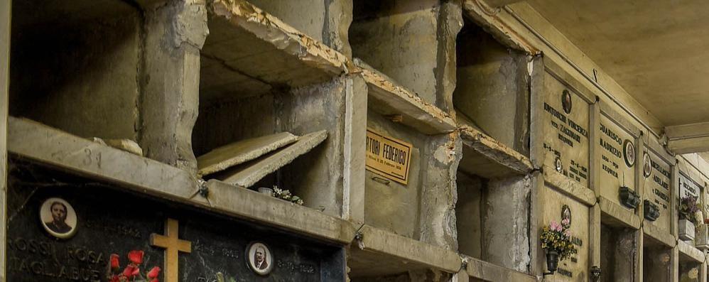 Como, colombari in abbandono  Un'ala del cimitero degradata