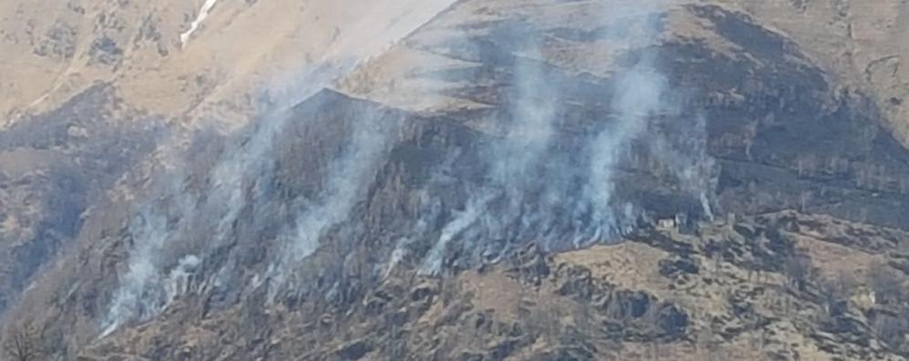 Garzeno, incendi nei boschi  Volontari al lavoro per ore