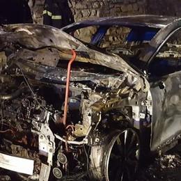 Valsolda: scontro con due asinelli  Auto a fuoco, vivo per miracolo