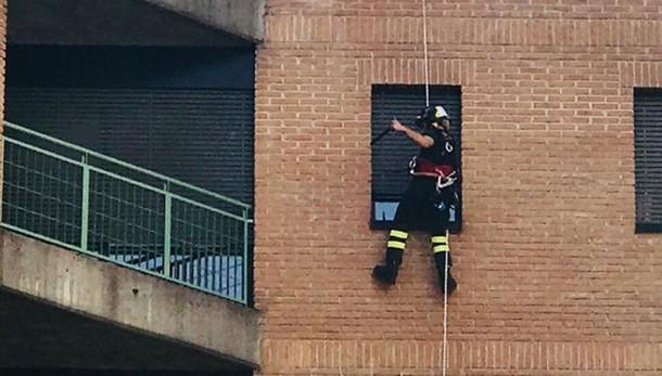 Como, uomo borseggiato in città  Per entrare a casa chiama i pompieri