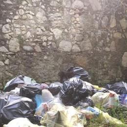 Sagnino, scuola come discarica  Sacchi di immondizia nel parco