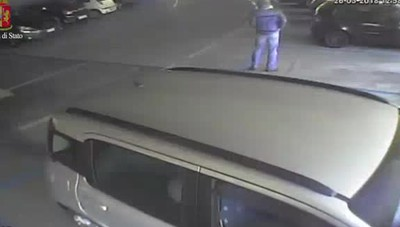 L'uomo che dà fuoco all'auto