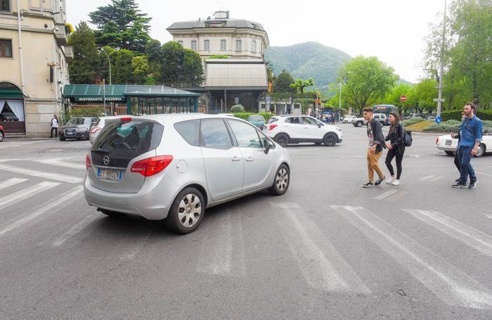 Como strisce pedonali cancellate, poco visibili, piazza Amendola a Sant'Agostino