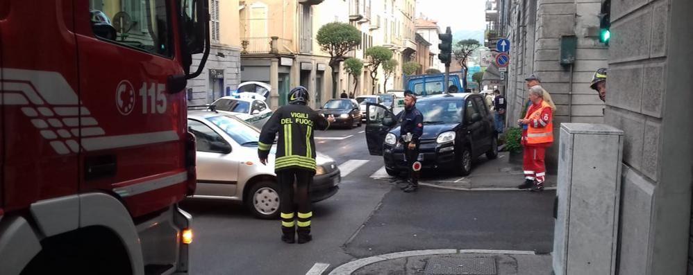 Furgone contro auto in via Dante Traffico bloccato, ferita una ragazza