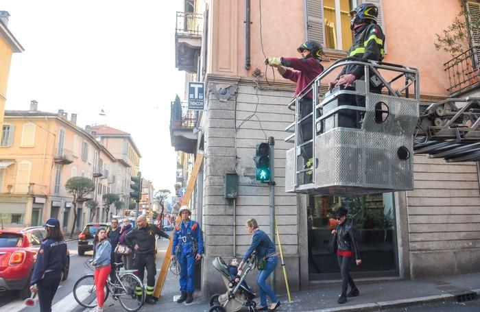 Como intervento dei vigili del fuoco via Tommaso Grossi chiusa per rimuovere un filo elettrico volante