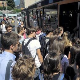A scuola a Como passando dalla Svizzera  Riecco il pullman chiesto dai genitori