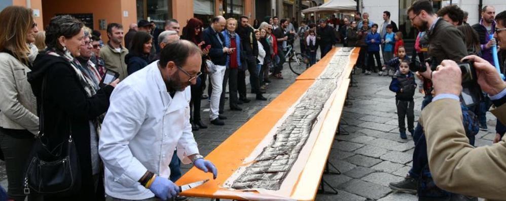 Lomazzo, più di mille golosi  Tavoletta di 10 metri a ruba