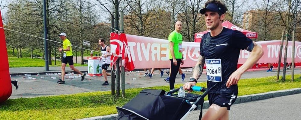 Bimba di otto mesi alla maratona  Applausi per il papà canturino